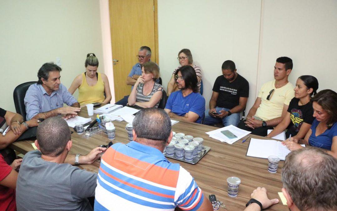 LEM: Prefeito e representantes dos professores finalmente se reuniram para discutir greve