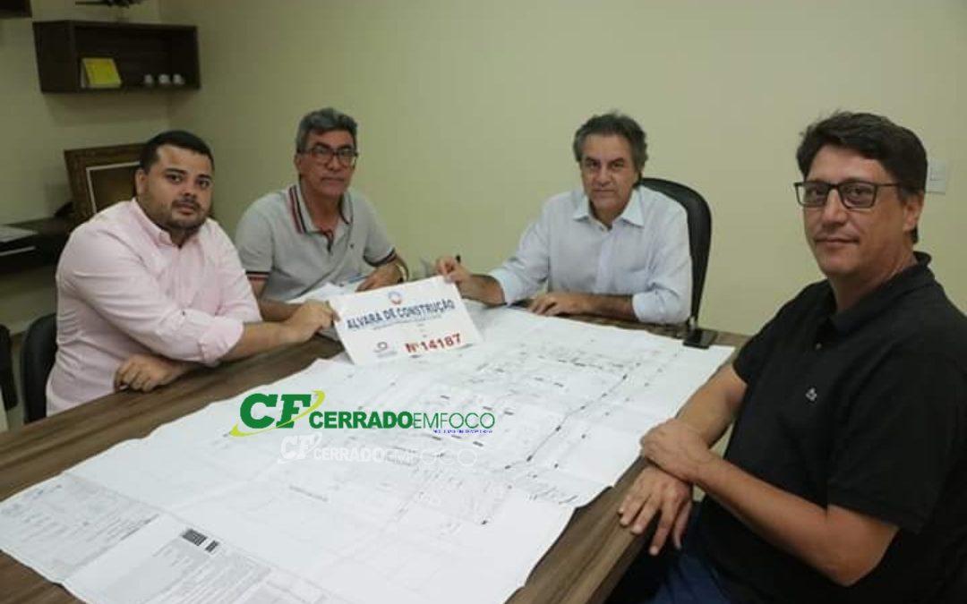 LEM: Representantes da EUMA Hoteis entrega alvará de construção do Hotel da rede Ibis