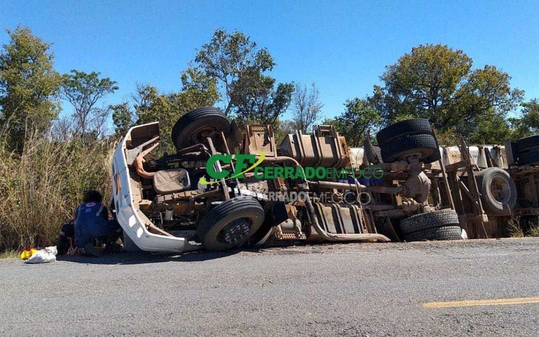 BARREIRAS: Caminhão carregado com caroço de algodão tomba as margens da BA 459 e deixa feridos
