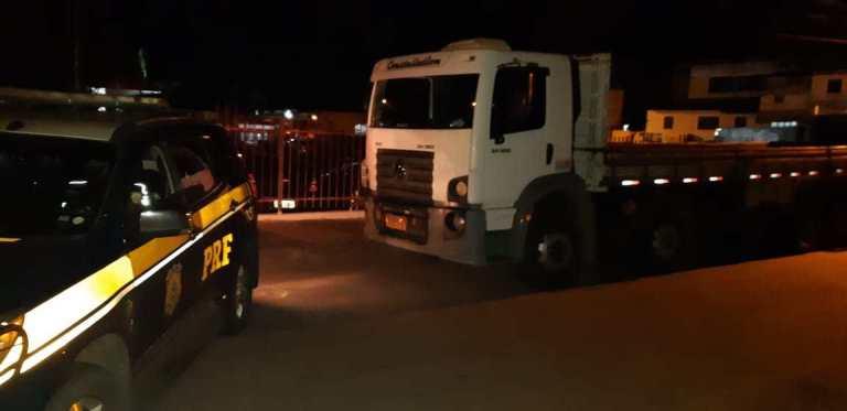 Barreiras: Caminhão roubado em Barreiras é localizado pela PRF na BR 116 em Vitória da Conquista (BA)