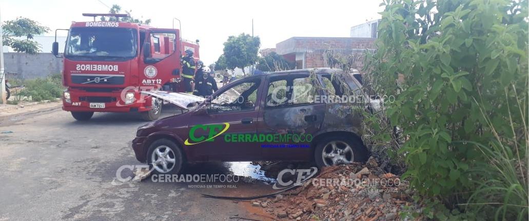 LEM: Veículo com problemas na parte elétrica pega fogo no Bairro Luar do Cerrado.
