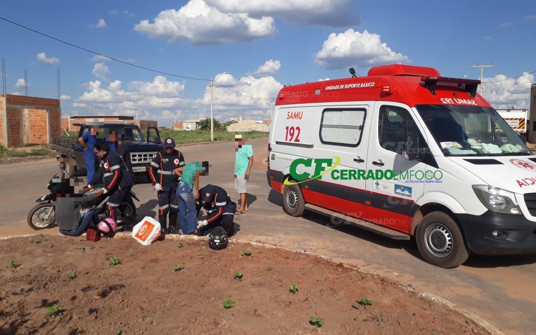 LEM: Mãe e filha necessitam de atendimento médico após caírem de motocicleta.