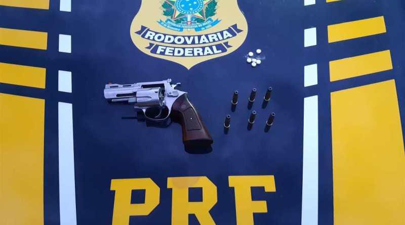 """PRF flagra caminhoneiro com revólver e comprimidos de """"rebite"""" na BR 242 em Barreiras (BA)"""