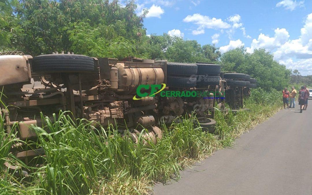 LEM: Caminhão carregado de açúcar tomba às margens da BR-020.