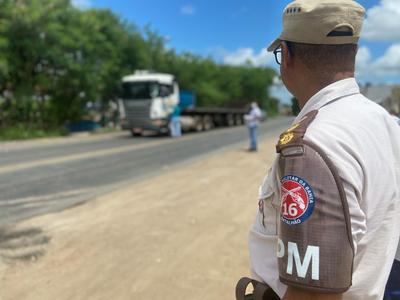PM e PRF distribuem refeições para caminhoneiros em rodovia